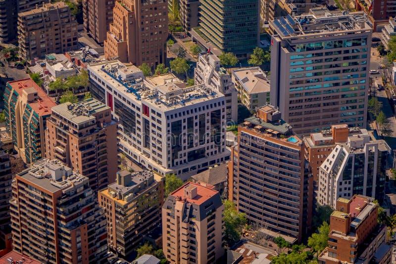 SANTIAGO, O CHILE - 13 DE SETEMBRO DE 2018: Acima da opinião bonita da paisagem do Santiago do Chile do centro de Costanera no Ch foto de stock