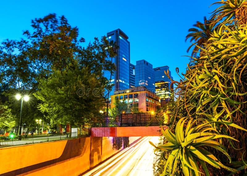 Santiago, o Chile - opinião da noite das ruas imagem de stock