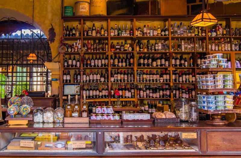 Santiago Sacatepequez, Guatemala - 1er novembre 2017 : La vue d'intérieur du magasin avec de l'alcool assorti boit dans une barre photos libres de droits