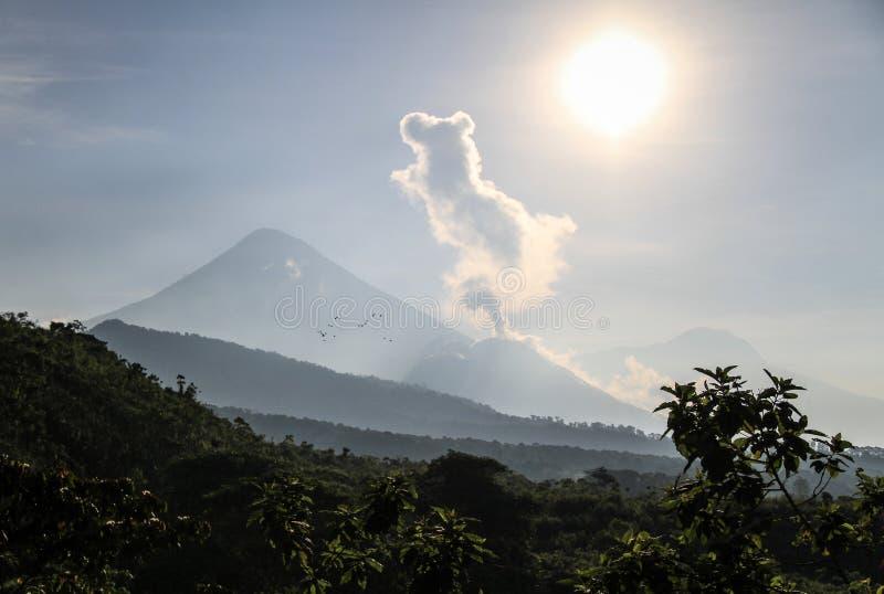 Santiaguito извергая с Santa Maria на предпосылке на солнечном утре, Altiplano, Гватемале стоковое фото rf