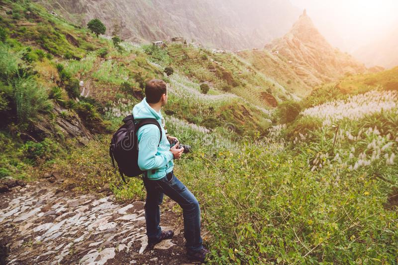 Santo Antao Кабо-Верде Спуск фотоснимка идя один мощенный булыжником trekking след к зеленой долине с огромным утесом внутри стоковые изображения rf