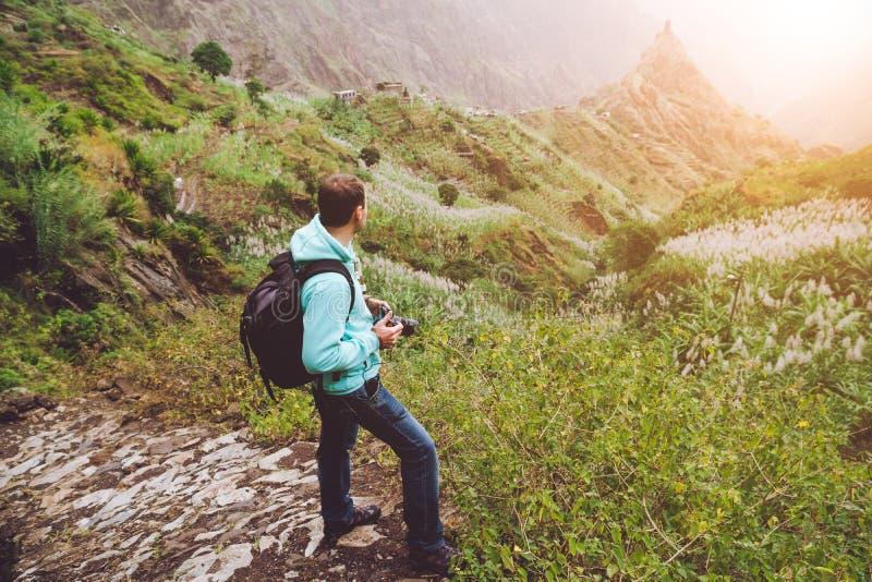 Santo Antao Cabo Verde Pena sozinha de passeio da fotografia a fuga trekking cobbled para o vale verde com rocha enorme dentro imagens de stock royalty free