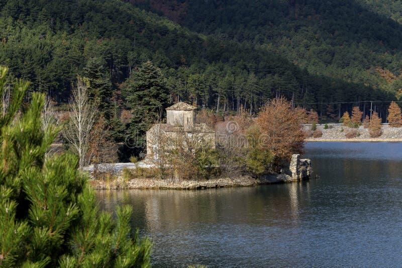 Santo antiguo Fanourios de la iglesia en el lago Doxa Grecia, región Corinthia, Peloponeso en un otoño, día soleado fotos de archivo libres de regalías