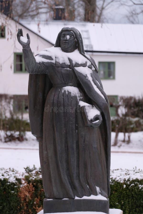 Santo Bridget de Suecia, opinión de bronce del monumento, invierno, Vadstena, Suecia fotografía de archivo