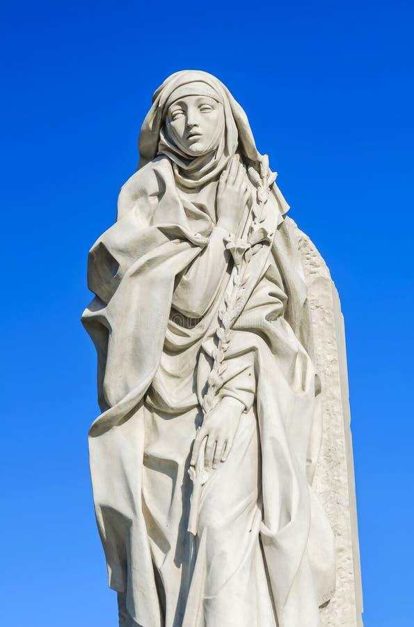 Santo Catherine de Siena contra fondo del cielo fotografía de archivo