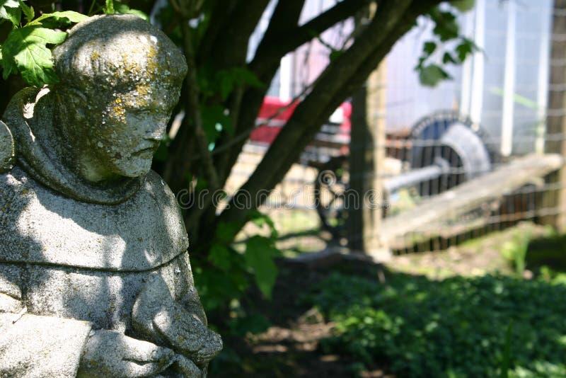 Santo de la estatua del jardín en el d3ia imagen de archivo libre de regalías