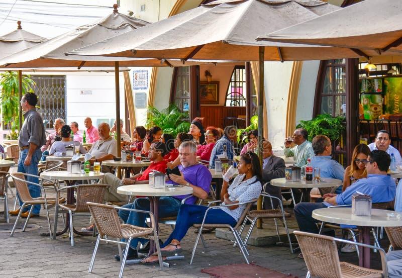 Santo Domingo, Dominicaanse Republiek Het leven rond Columbus Park, de straat en beroemd Hotel Restaurant Conde DE Peñalba van G stock foto's
