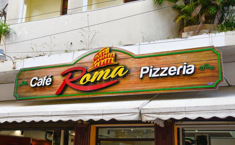 Santo Domingo, Dominicaanse Republiek Houten die teken van cafèpizzeria Rome in de straat van Gr wordt gesitueerd Conde royalty-vrije stock afbeeldingen