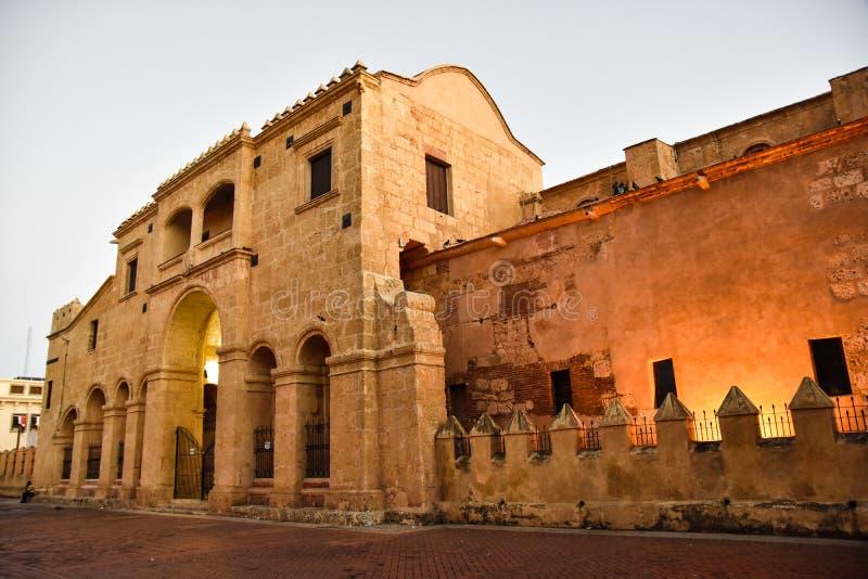 Santo Domingo, Dominicaanse Republiek Mening van beroemde Kathedraal in Columbus Park, Koloniale Streek stock afbeeldingen