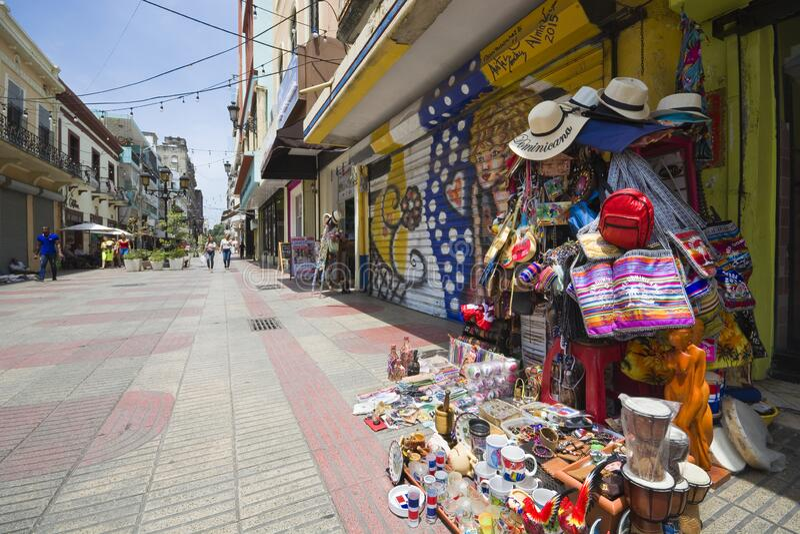 Dominikanska republika Santo-domingo-dominican-republic-june-calle-el-conde-oldest-commercial-street-city-pedestrian-lined-stores-195673556