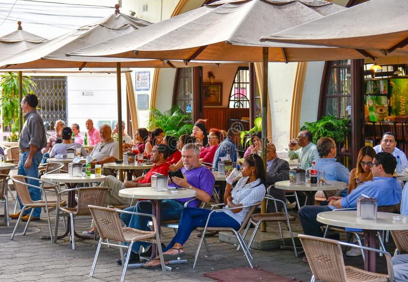 Santo Domingo, Dominikanische Republik Leben um Columbus Park-, ELconde Straße und berühmtes Hotel Restaurant Conde de Peñalba stockfotos