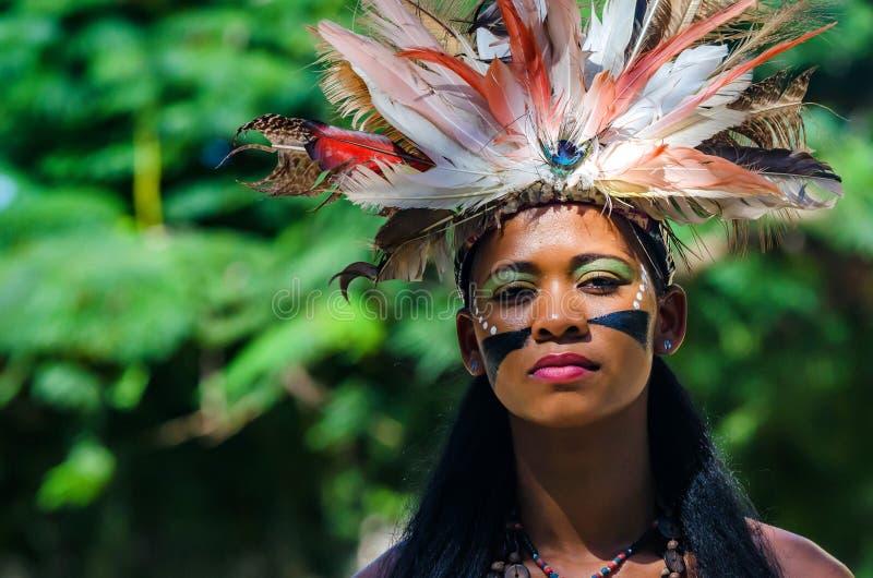 SANTO DOMINGO, DOMINIKANISCHE REPUBLIK - 29. OKTOBER 2015: Junge schöne Creol-Frau stockbild