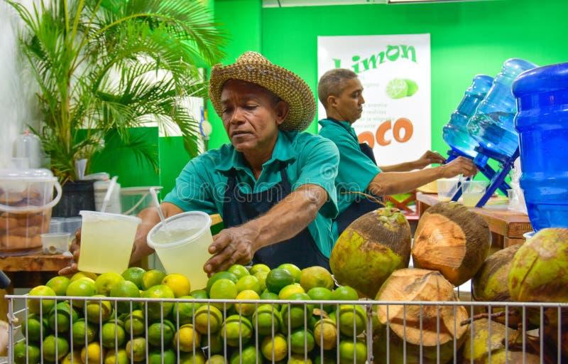 Santo Domingo Dominikanska republiken Säljare av citron- och kokosnötfruktsaft i den Calle El Conde gatan arkivfoton