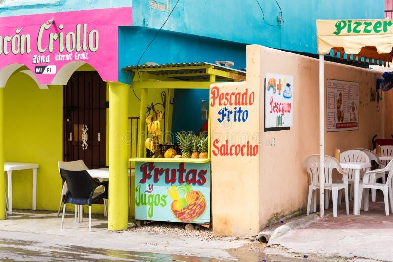 SANTO DOMINGO, REPÚBLICA DOMINICANA - 8 DE AGOSTO DE 2017: Vista de la tienda con la fruta Copie el espacio para el texto imágenes de archivo libres de regalías