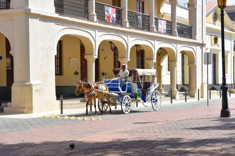 Santo Domingo, República Dominicana Equipe a condução de um transporte puxado por cavalos na zona colonial perto de Columbus Park imagens de stock