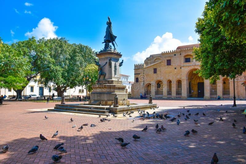 Santo Domingo, República Dominicana Estátua e catedral famosas de Christopher Columbus em Columbus Park fotos de stock royalty free