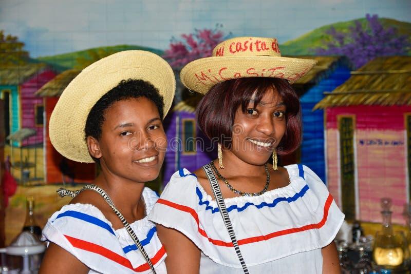 Santo Domingo, República Dominicana Muchachas en vestido dominicano tradicional Calle del EL Conde, zona colonial foto de archivo libre de regalías