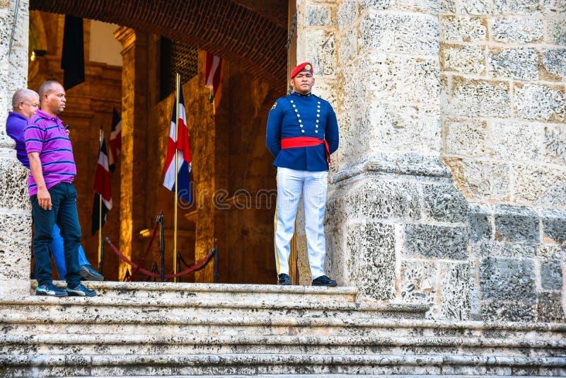 Santo Domingo, República Dominicana Soldado Guarding en el panteón nacional en la calle de Las Damas imágenes de archivo libres de regalías