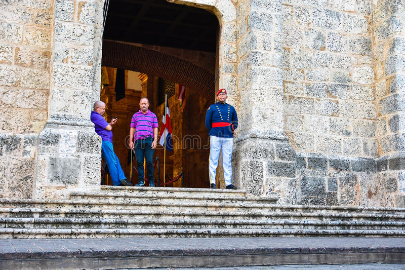 Santo Domingo, República Dominicana Soldado Guarding en el panteón nacional en la calle de Las Damas foto de archivo