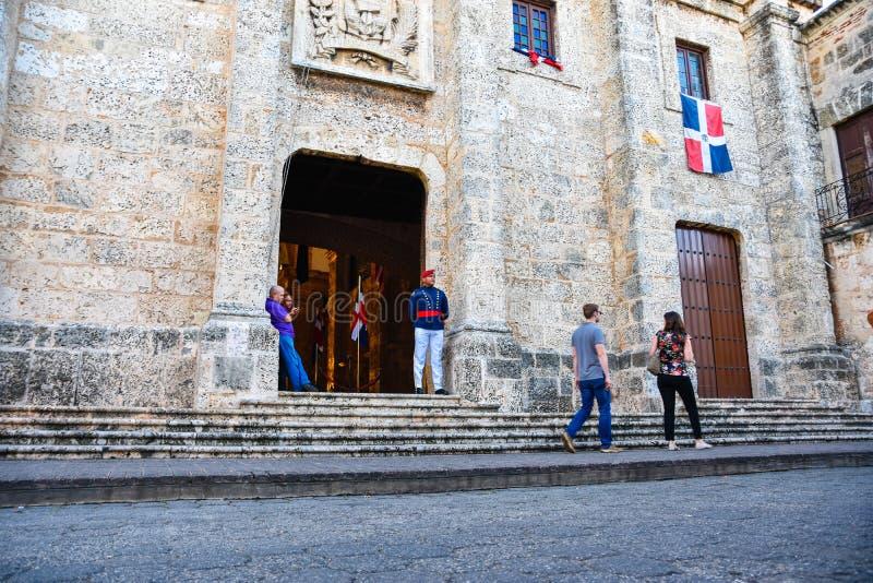 Santo Domingo, República Dominicana Soldado Guarding en el panteón nacional en la calle de Las Damas fotos de archivo