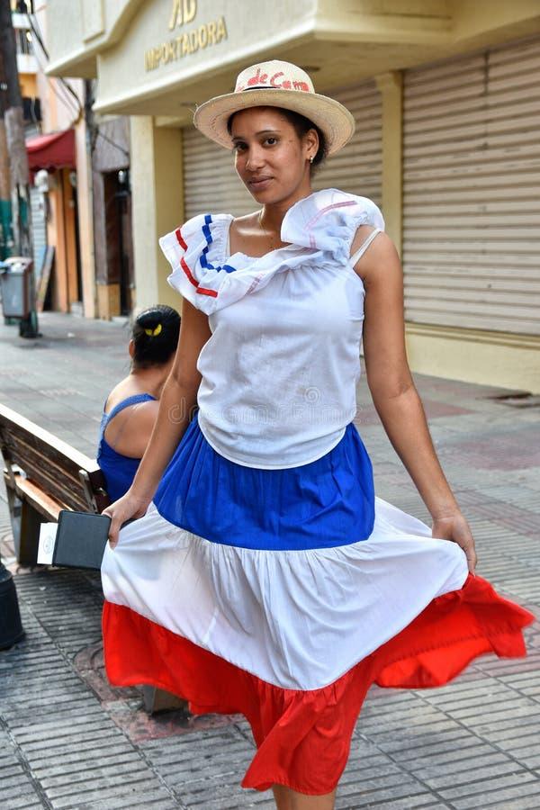 Santo Domingo, Repubblica dominicana Ragazza in vestito domenicano tradizionale Via di EL Conde, zona coloniale immagine stock libera da diritti