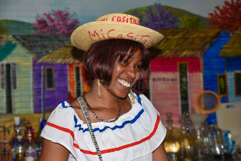 Santo Domingo, Repubblica dominicana Ragazza in vestito domenicano tradizionale Via di EL Conde, zona coloniale immagini stock