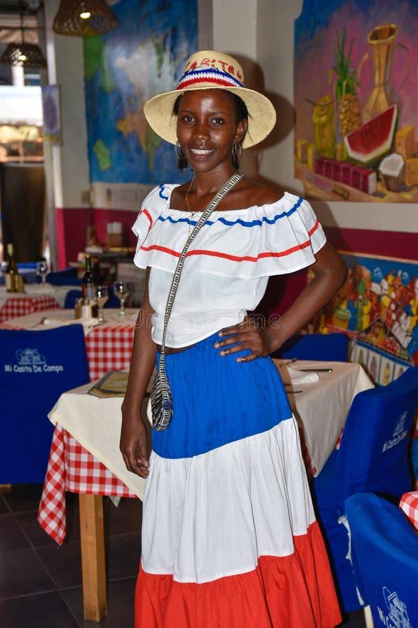 Santo Domingo, republika dominikańska Dziewczyna w tradycyjnej Dominikańskiej sukni El Conde ulica, Kolonialna strefa zdjęcie royalty free