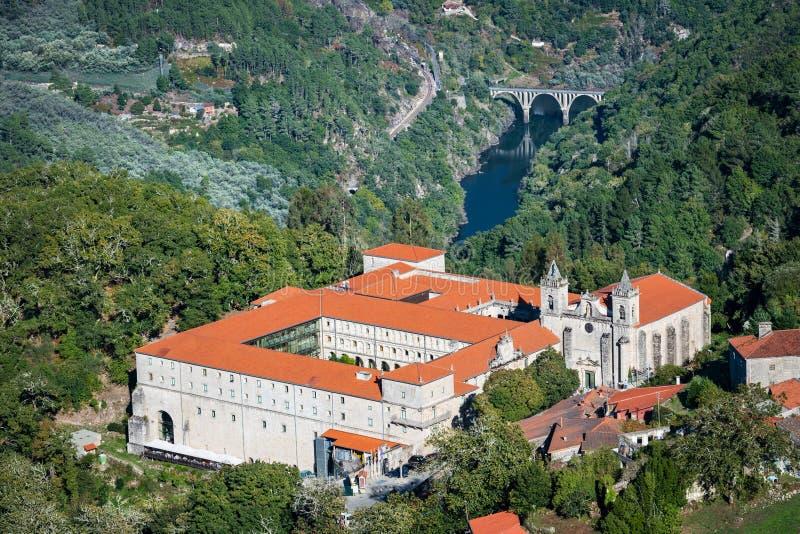 Santo Estevo de Ribas de Sil-klostret på en tydlig dag royaltyfria foton