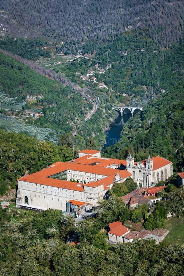 Santo Estevo de Ribas de Sil-klostret på en tydlig dag arkivfoto