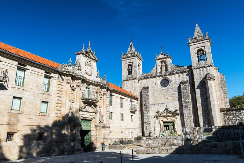 Santo Estevo de Ribas de Sil-klostret på en tydlig dag royaltyfri bild