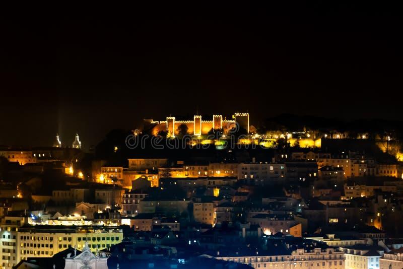 Santo George Castle en la noche, ciudadela moorish el top de Lisboa, Portugal fotos de archivo libres de regalías