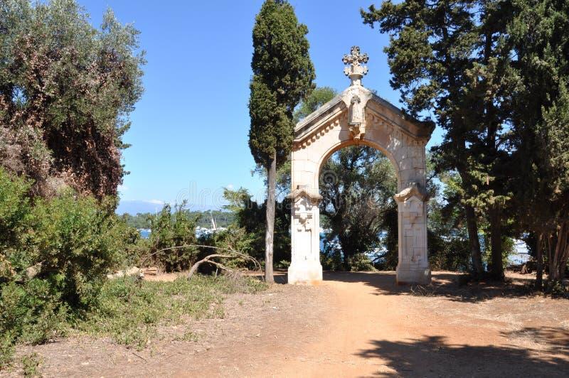 Santo-Honorat de las islas de Lerins, la puerta de la capilla en el rastro imagen de archivo libre de regalías