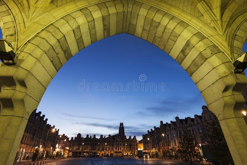 Santo Jean-Baptiste Church en el Arras visto de héroes del DES del lugar fotos de archivo