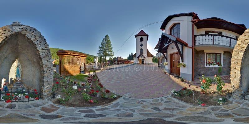 Santo Joseph Catholic Church Entrance en el ralja del ¡de Zetevà (Cetate sub), Rumania fotografía de archivo libre de regalías