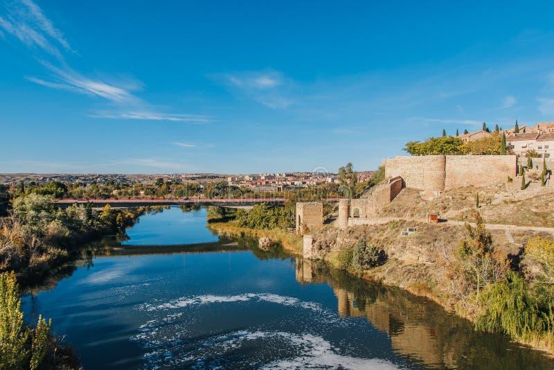 Santo Martin Bridge a través del río Tagus, Toledo, España fotos de archivo