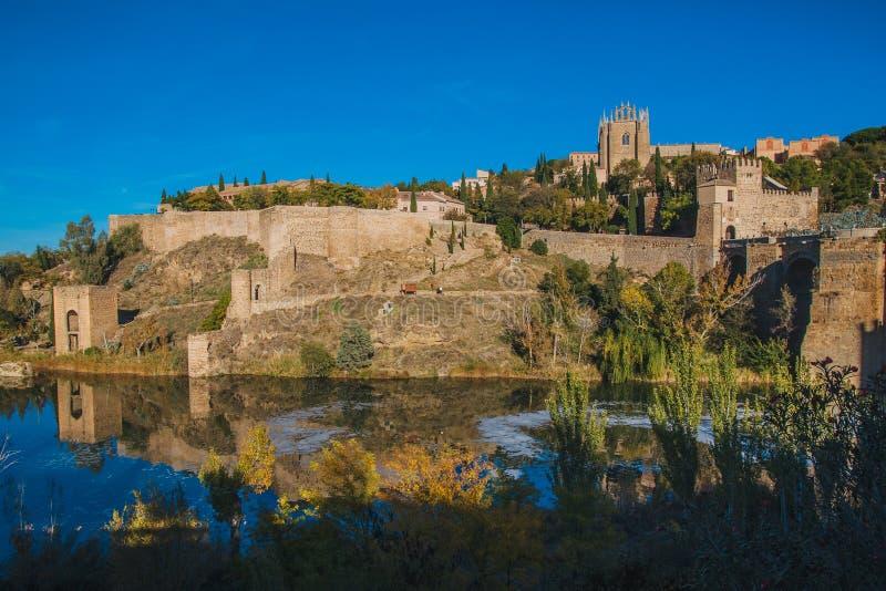 Santo Martin Bridge a través del río Tagus, Toledo, España foto de archivo libre de regalías