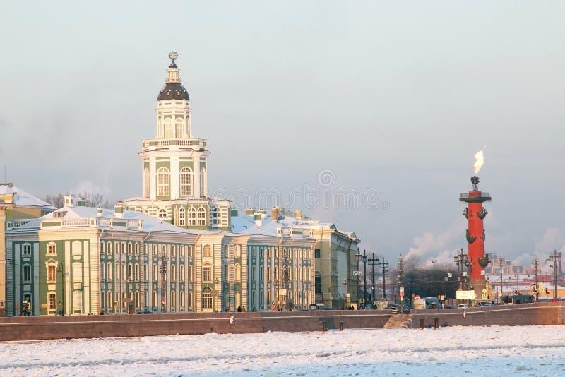 Santo-Peterburg Rusia Edificios históricos a través del río de Neva fotos de archivo libres de regalías
