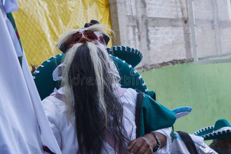 Santo Tomas Ocotepec, Оахака, Мексика, 3-ье марта 2019: человек одетый в белизне и маске старика с бровями и большим beardduring стоковое изображение rf