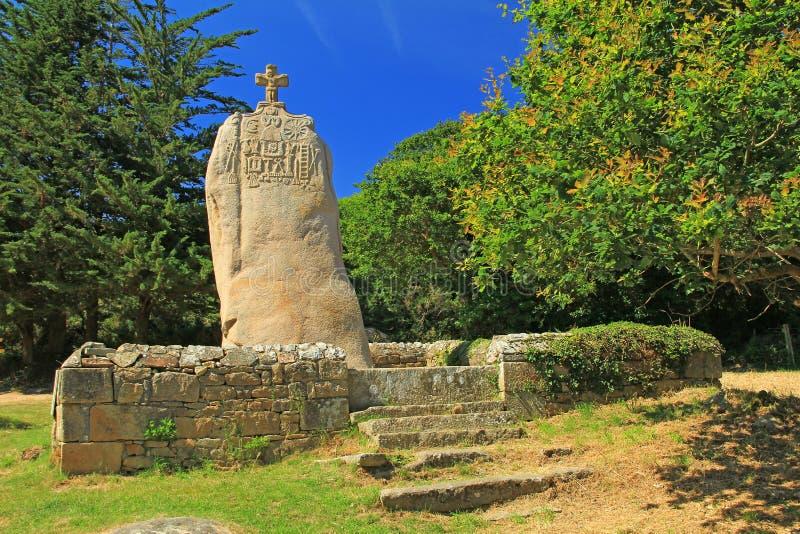 Santo Uzec, Bretaña, Francia del menhir fotografía de archivo libre de regalías
