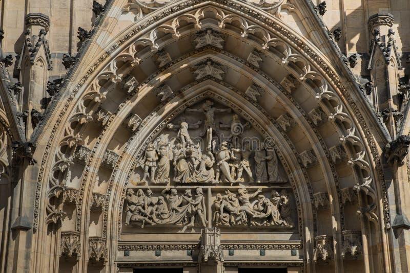 Santo Vitus Cathedral en Praga, República Checa Detalle del grupo delantero imagen de archivo libre de regalías