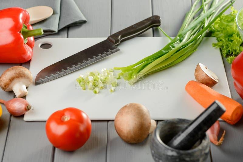 Santoku-Messer, gehackte Frühlingszwiebeln lizenzfreie stockfotos