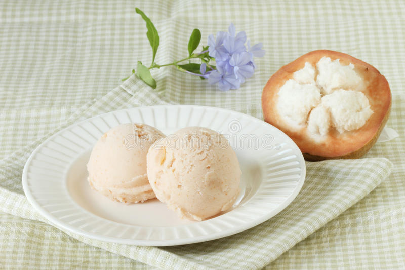 Santol-Sorbett-Eiscreme mit frischem santol lizenzfreie stockfotos