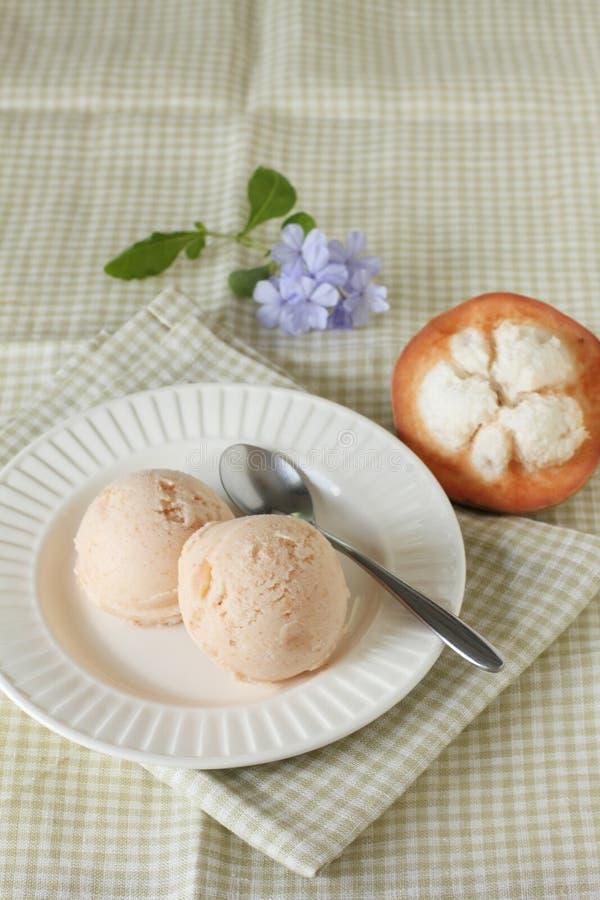 Santol-Sorbett-Eiscreme mit frischem santol lizenzfreies stockfoto