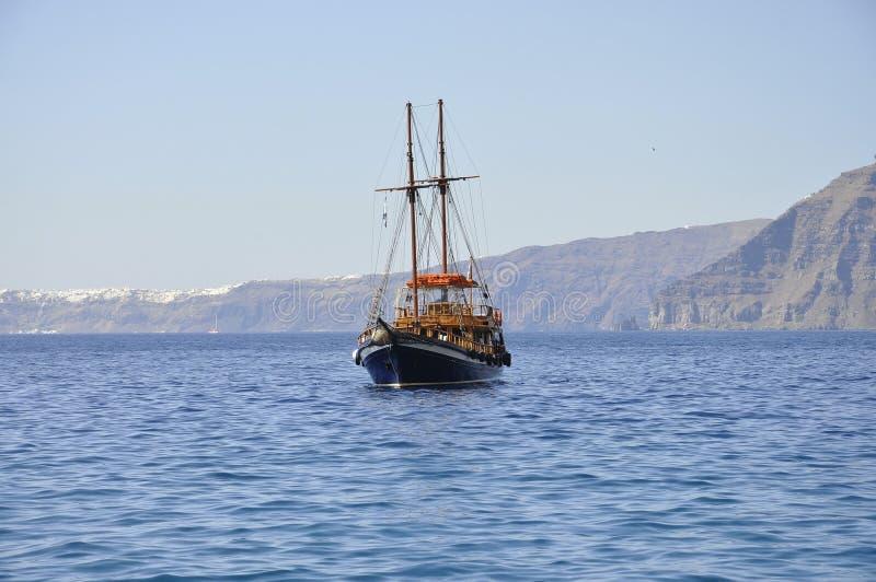 Santorini, 2ème septemer : Bateau de croisière sur la caldeira de Santorini photos libres de droits