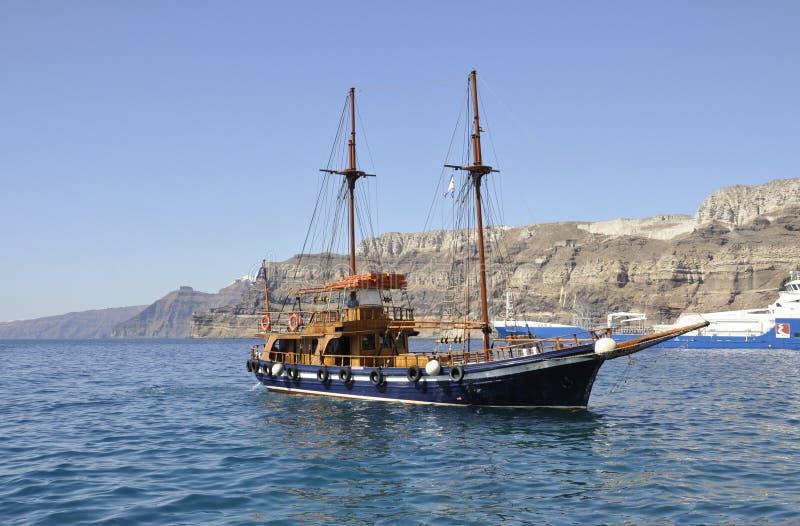 Santorini, 2ème septemer : Bateau de croisière sur la caldeira de Santorini image stock