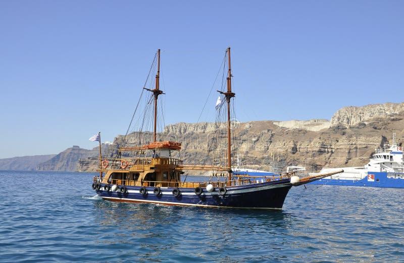 Santorini, 2ème septemer : Bateau de croisière sur la caldeira de Santorini photo libre de droits