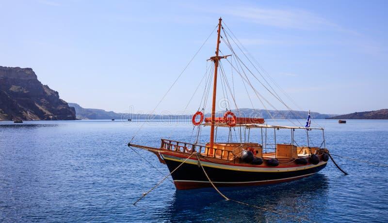Santorini ö, Grekland - fartyget ankrade nära den Nea Kameni ön arkivbilder