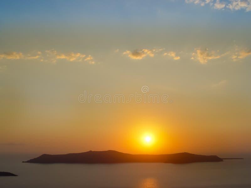 Santorini ö med den Firostefani kyrkan mot solnedgången arkivfoto