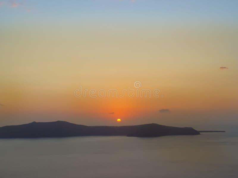 Santorini ö med den Firostefani kyrkan mot solnedgången royaltyfria bilder