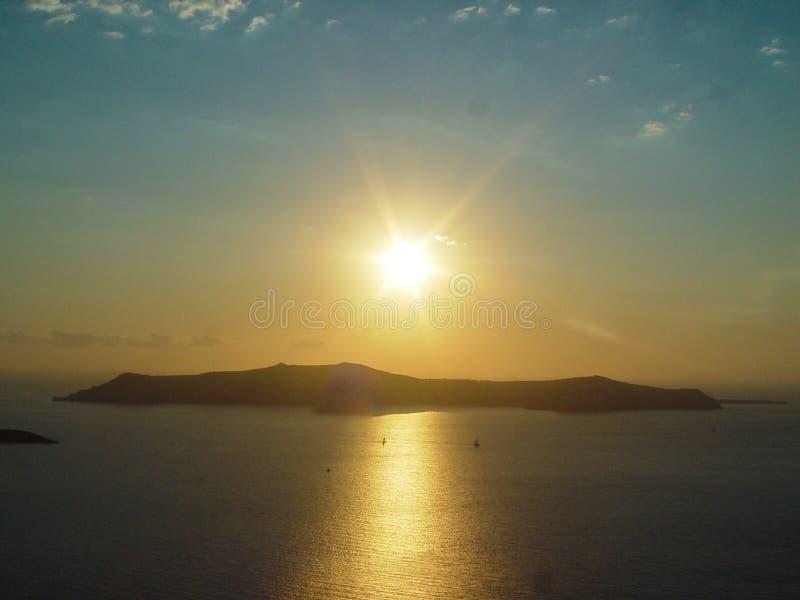 Santorini ö med den Firostefani kyrkan mot solnedgången royaltyfri foto
